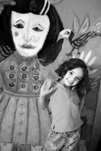 Kamelia, petite fille de Hubert Damon, devant son portrait, toile de Hubert Damon.